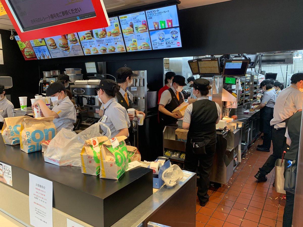 【画像】マクドナルドの客「マックの店員が3密でひどいw 日本終わってるw」